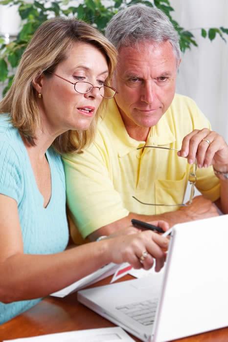 Senior Couple at Computer-copyright Kurhan/Fotolia.com