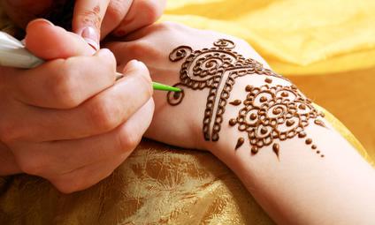 Henna Application-copyright czea_lenanet/Fotolia.com